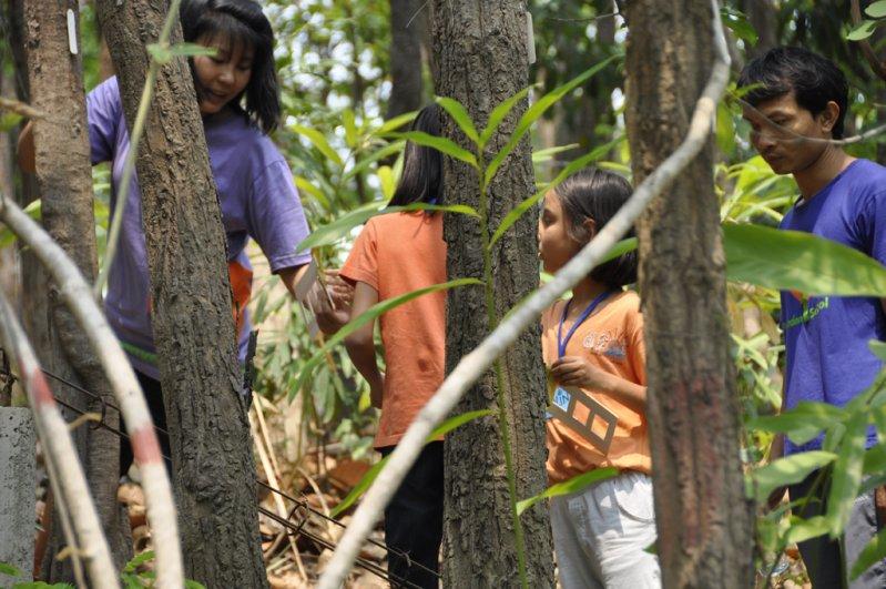 Panyaden School teachers leading summer school students along botanic garden trail