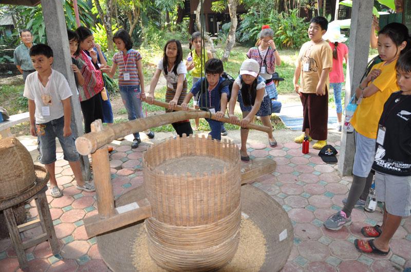 dsc_4865 Panyaden School students milling rice the traditional Thai way