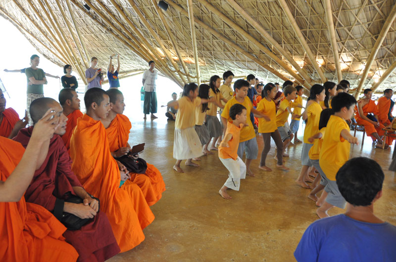 children-present-12-wise-habits-to-visiting-monks-5