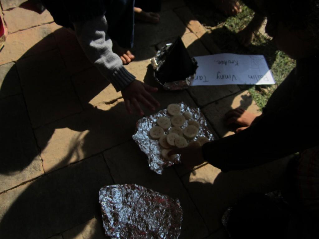 Students make solar cookers to fry sliced bananas, Panyaden School Chiang Mai