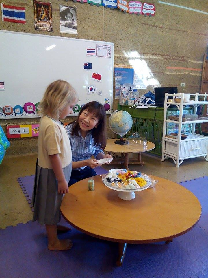 Panyaden mum teaching student about Thai desserts