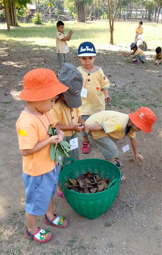Panyaden kindergarten students picking up fallen leaves and tidying temple grounds, social contribution day