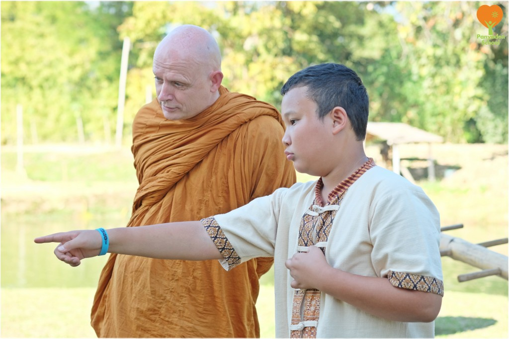 DSCF1294 Ven. Ajahn Jayasaro with Panyaden student during his visit to the school on 22 January 2016