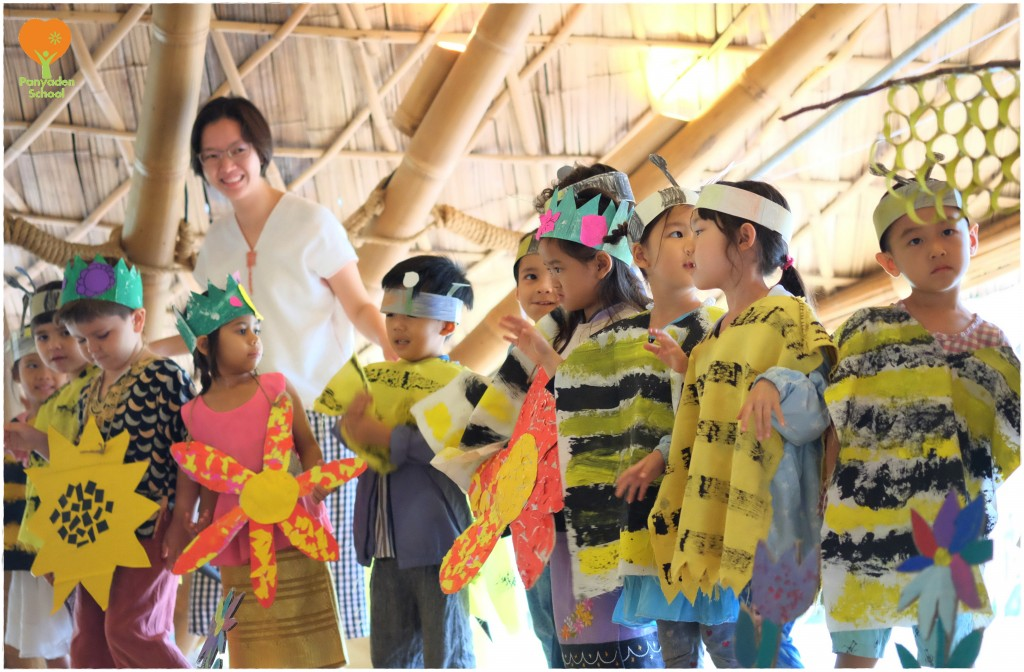 DSCF4488 Applause for K2's demonstration of how bees collect honey, Panyaden School