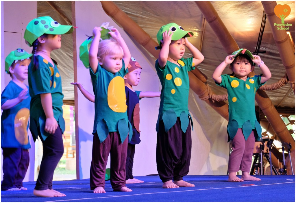 DSCF6900 Anuban (Pre-school) students acting on stage, Panyaden School Blossom Day 2016