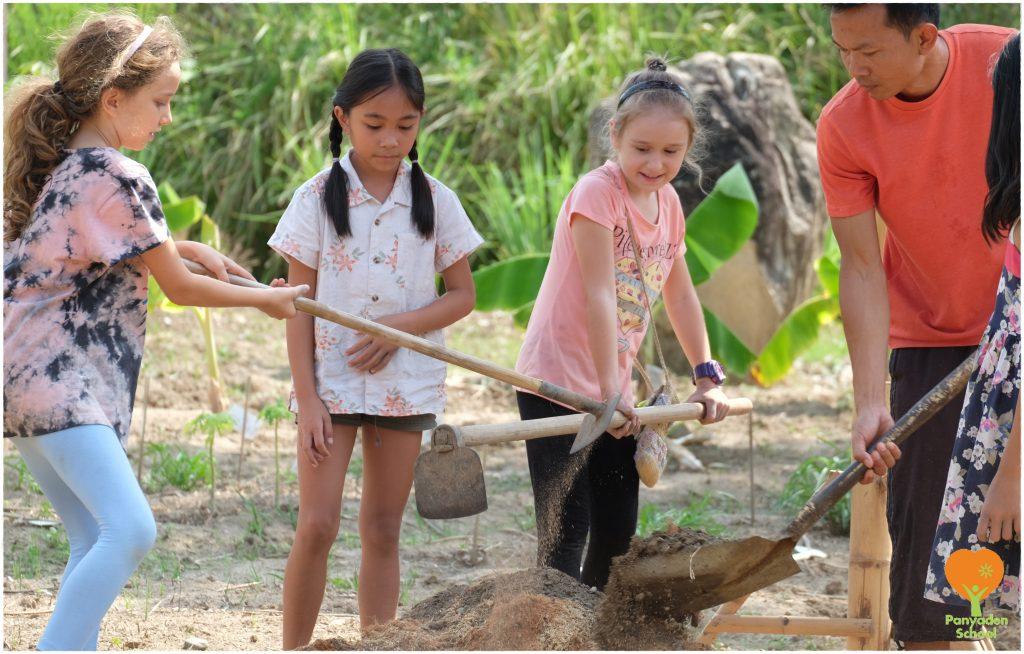 DSCF1976 Panyaden students preparing the ground for planting