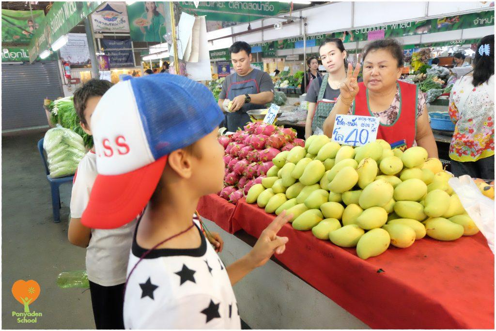 DSCF4473 Prathom 2 studens buying fresh fruit at Mae Hia market, Panyaden School Chiang Mai