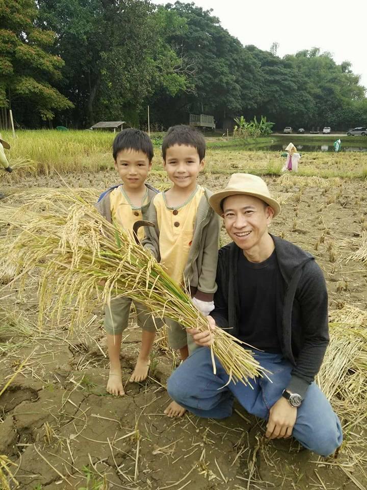 Panyaden Year 1 life skills class: harvesting rice
