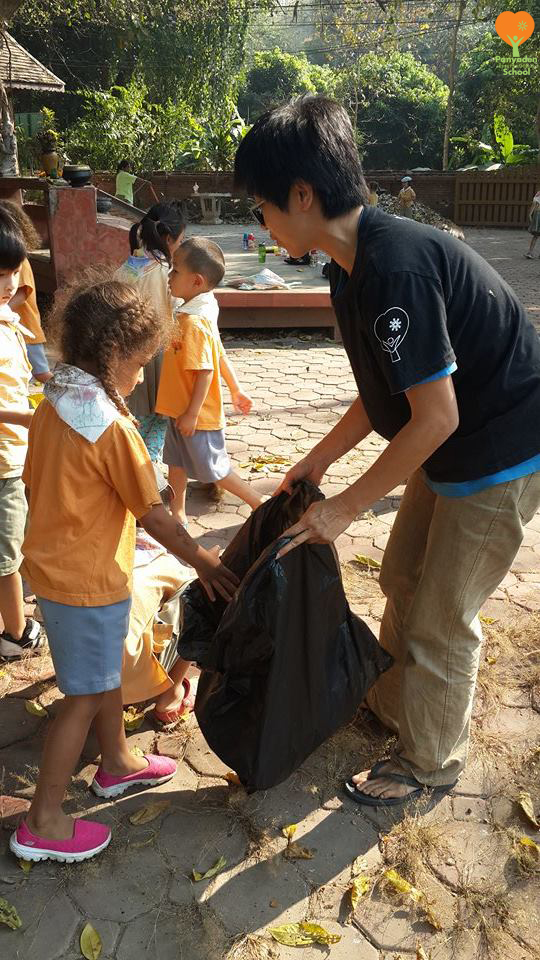 Panyaden K2 social contribution day 2017 - students cleaning up at Baan Sala community shrine