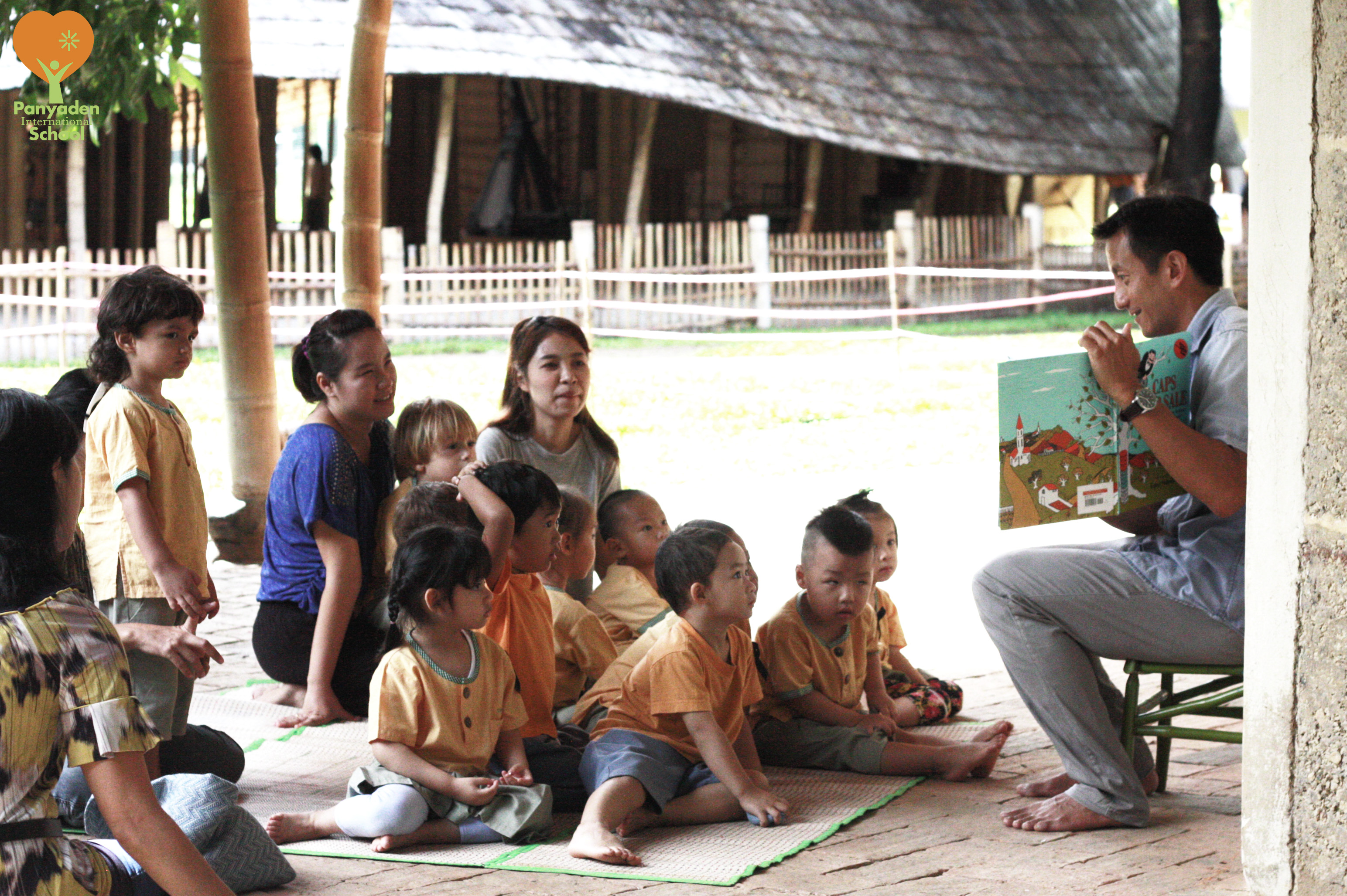 Parent reading story in Thai to students, Panyaden Reading Day 2017