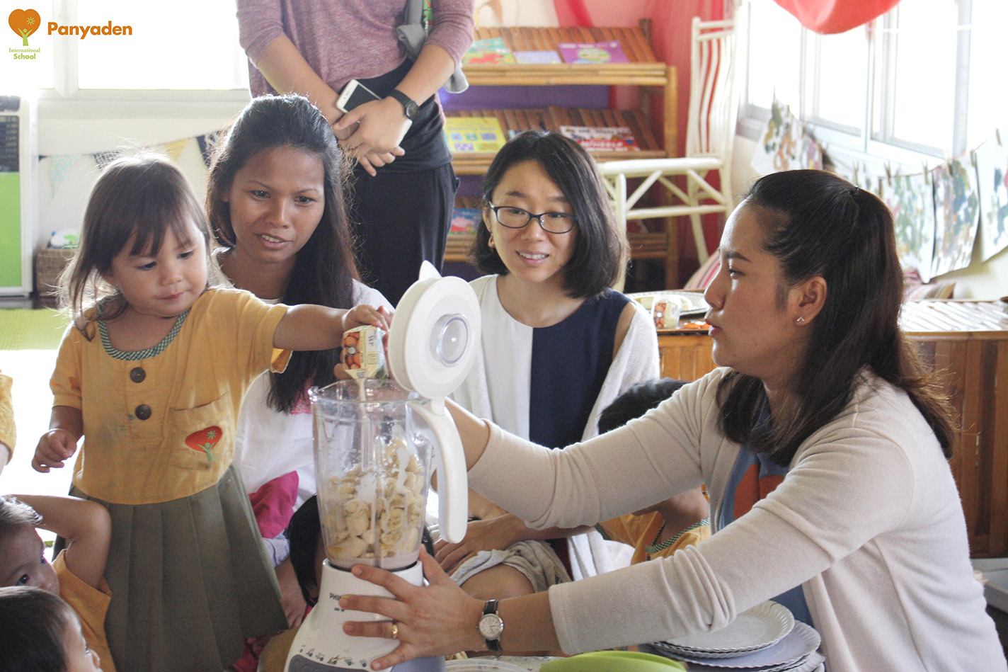 Panyaden Budding Day 1 - student shows parents how to make healthy juice